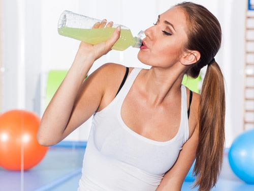 Voda nebo izotonický nápoj? Co pít během tréninku?
